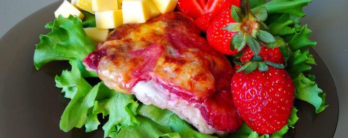 Мясной стейк с клубникой