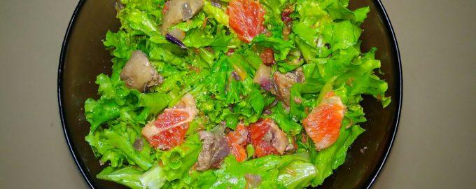 Салат с куриной печенью и грейпфрутом