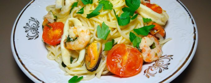 Спагетти с морепродуктами в белом вине