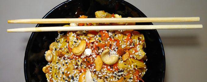 Яичная вок лапша с курицей и овощами
