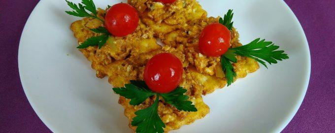Закуска на крекерах с сардинами