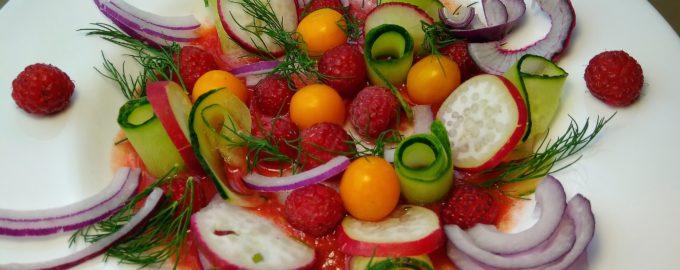 Овощной салат с малиной и фезалисом