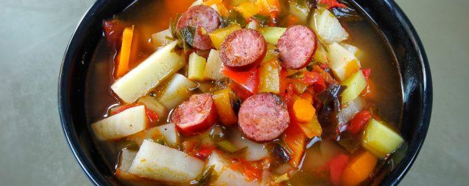 Острый суп с охотничьими колбасками по испански