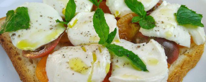 Тосты «Капрезе» на завтрак