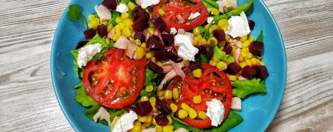 Летний салат со свёклой, кукурузой и копченой курицей
