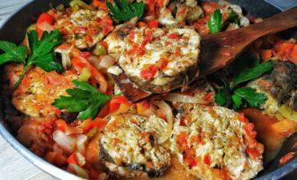 Рыба тушеная в томатах с овощами