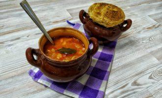 Суп с курицей и овощами в горшочках