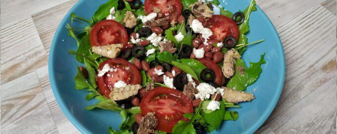 Салат с рукколой и консервированным тунцом