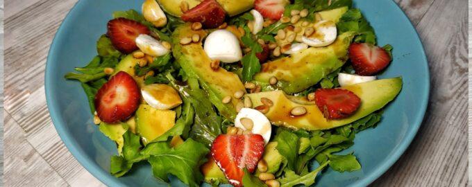 Легкий салат с рукколой в соусе терияки
