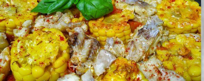 Окунь в томатах со свежей кукурузой