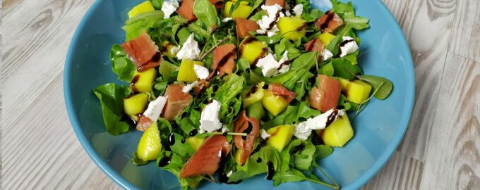 Салат с рукколой и семгой под бальзамическим кремом