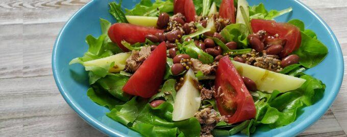 Салат из зелени с тунцом и картофелем