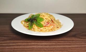 Спагетти с сыром фета и помидорами черри