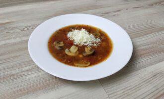 Томатный суп с мясом и грибами