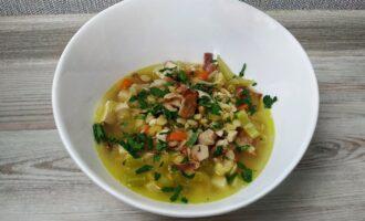 Гороховый суп с копченой курицей и беконом