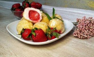 Творожные шарики с клубникой на завтрак